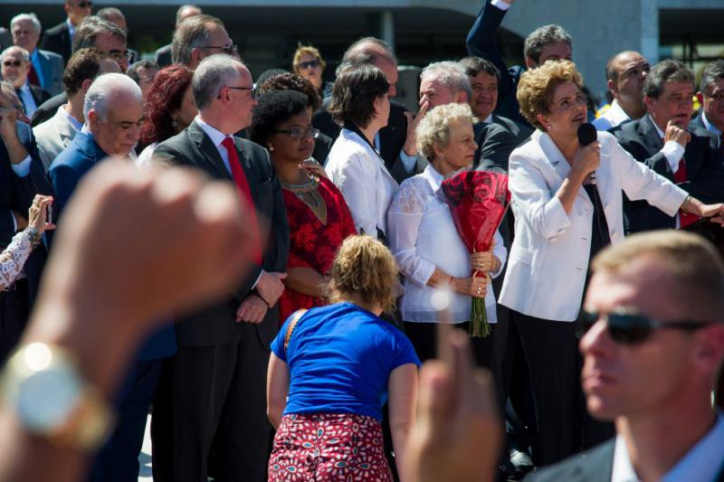 Rousseff richtet sich  vor dem Parlamentsgebäude an ihre Anhänger