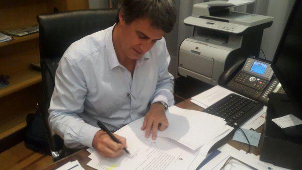 Finanzminister Prat-Gay bei der Unterzeichnung der Resolution 146 in seinem Büro in Buenos Aires