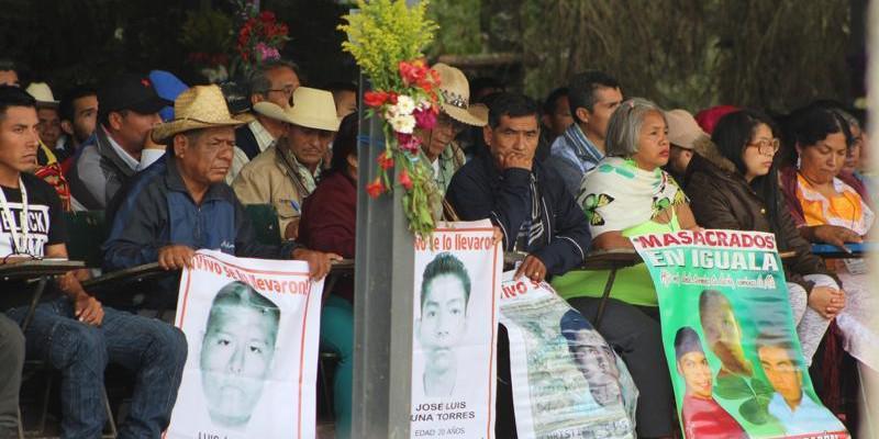 Unter den Gästen waren auch Angehörige der 43 verschwundenen Lehramtsstudenten aus Ayotzinapa