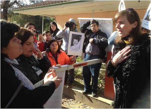 Anna Schnellenkamp (r.) im Gespräch mit Angehörigen von Opfern der Colonia Dignidad in Chile