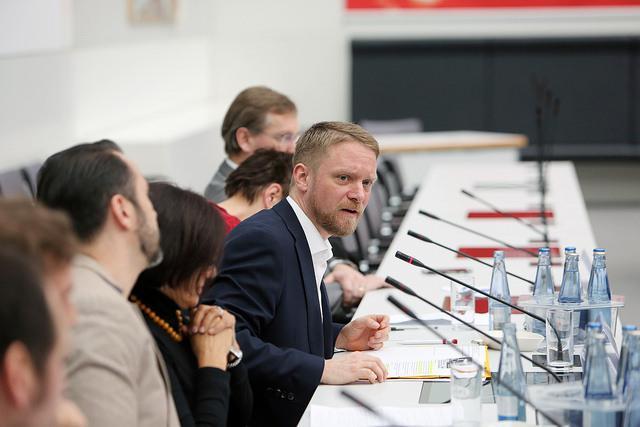 Bundestagsabgeordneter Jan Korte bei einem Fachgespräch zum Thema Colonia Dignidad im Februar 2016