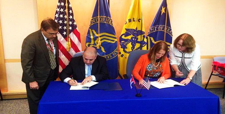 Kubas Gesundheitsminister Roberto Morales Ojeda und seine US-amerikanische Amtskollegin Sylvia Mathews Burwell bei der Unterzeichnung der Vereinbarung in Washington