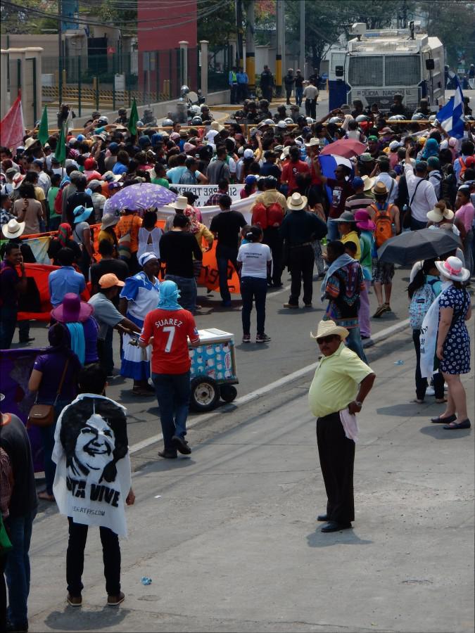 Die friedlich Demonstrierenden werden vor der abgesperrten Straße zum honduranischen Präsidentschaftspalast mit einem Aufgebot von Wasserwerfern, Polizei und Militärpolizei empfangen