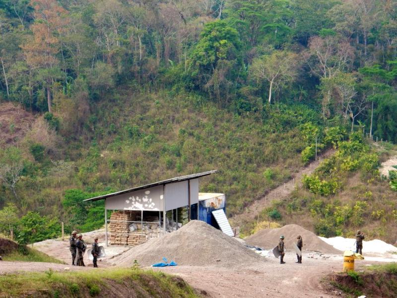 Das verlassene Gelände von DESA wird vom Militär bewacht. Das multinationale Millionenprojekt ist nur eines von 50 auf dem Territorium der indigenen Lenca geplanten Megaprojekten. Staudämme sollen den Strom für energieintensiven offenen Tagebau liefern