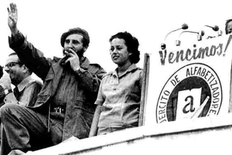 Fidel Castro gibt am 22. Dezember 1961 auf dem Platz der Revolution den Erfolg der Alphabetisierungskampagne bekannt