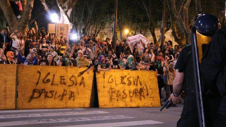 """Protest vor der Kathedrale: """"Dreckige Kirche"""""""