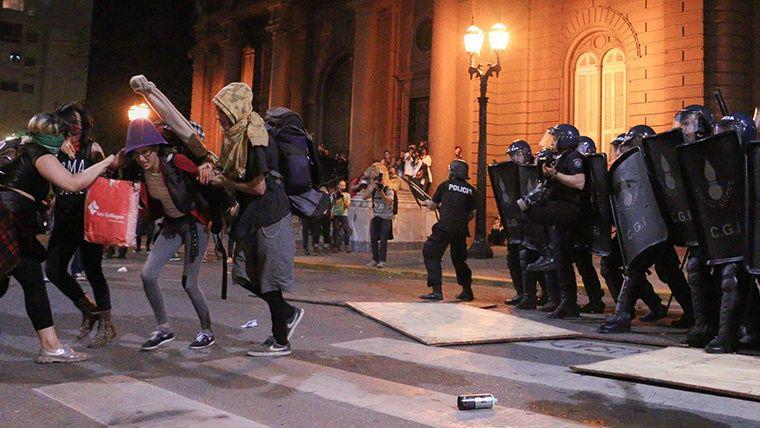 Die Polizei greift die Demonstrantinnen mit Gummigeschossen und Gas an