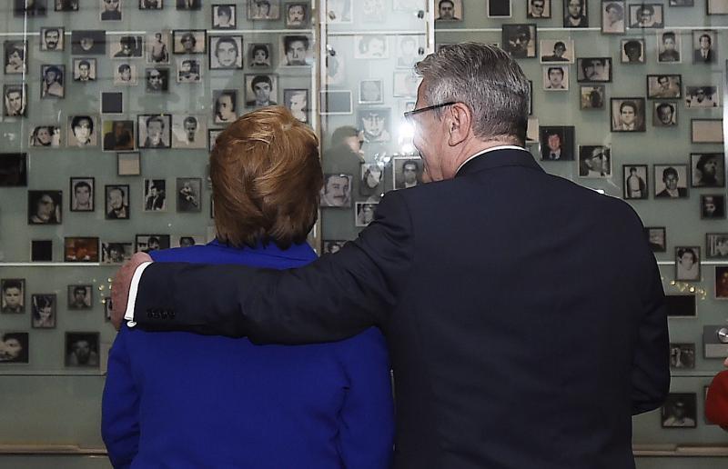 """Michelle Bachelet und Joachim Gauck beim Besuch des """"Museums der Erinnerung"""" in Santiago de Chile"""