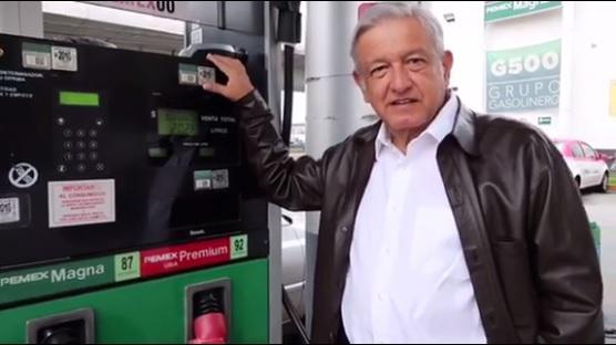 López Obrador vor einer Zapfsäule