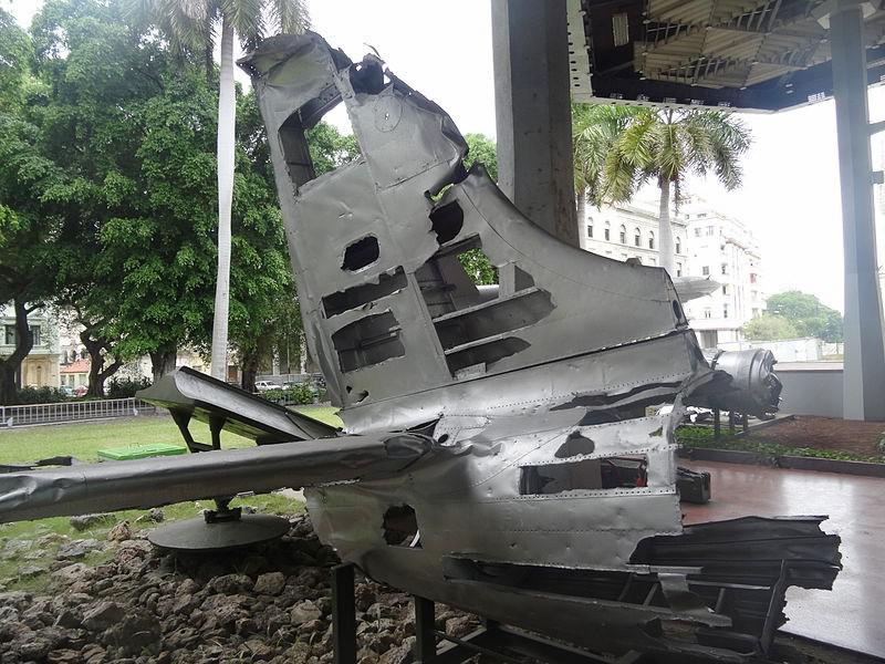 Überreste eines bei der Invasion in der Playa Girón abgeschossenen US-amerikanischen B-26-Bombers im Revolutionsmuseum in Havanna