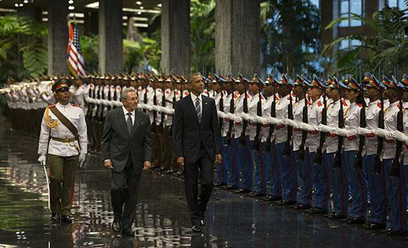 Raúl Castro (mi.) und Barack Obama (re.) vor der kubanischen Ehrengarde