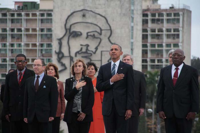 Obama auf dem Platz der Revolution, wo er vormittags in Begleitung von Salvador Valdés Mesa, Vizepräsident des Staatsrates (rechts neben ihm), am Martí-Denkmal einen Kranz niederlegte. Im Hintergrund das Konterfei von Che Guevara