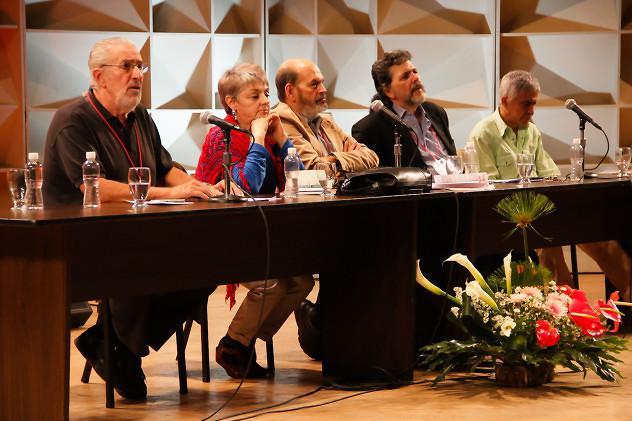 Bei der Eröffnung des Treffens auf dem Podium (von links nach rechts): Atilio Boroń (Argentinien), Ana Ester Cedeña (Mexiko), Luis Hernandez Navarro (Mexiko), Abel Prieto (Kuba) und Vladimir Acosta (Venezuela)