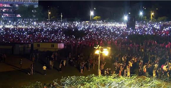 Tausende Handys leuchten