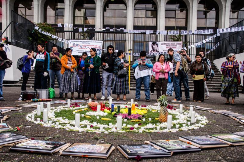 Am Tag der Urteilsverkündung vor dem Gebäude des Obersten Gerichtshofes. Auf den Bildern sind die ermordeten Bauern aus der Gemeinde Sepur Zarco zu sehen, die 1982 ermordet wurden
