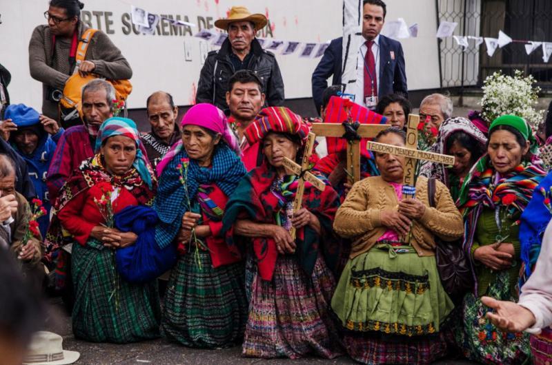Maya-Q'eqchi aus der Gemeinde Sepur Zarco halten eine Zeremonie vor dem Gerichtsgebäude in Guatemala-Stadt ab. Dort wurde im Februar 2016 erstmals sexuelle Sklaverei während des Bürgerkrieges verhandelt und Täter verurteilt