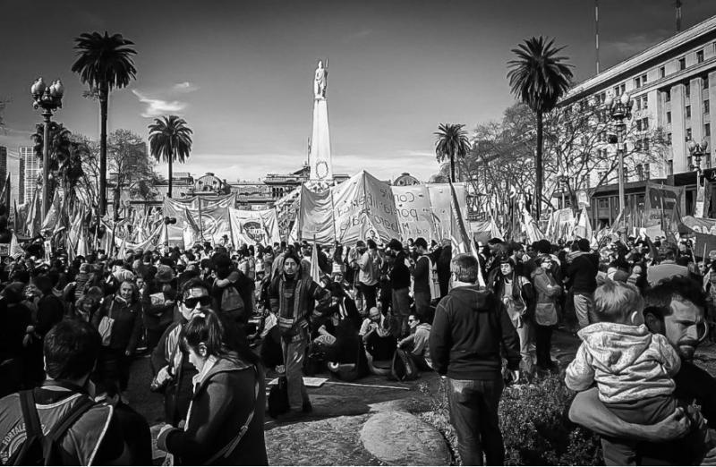 """Lange bevor die """"Madres"""" eintrafen, füllte sich bereits der Platz. Hier mit Blick auf die Casa Rosada im Hintergrund, den Präsidentenpalast"""
