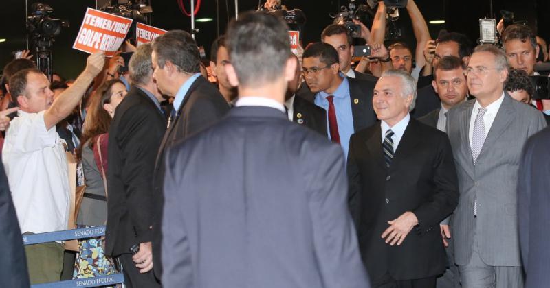 Temer übergibt Senatspräsident Renan Calheiros (im Bild rechts von ihm) seinen Haushaltsplan – inmitten von Protesten