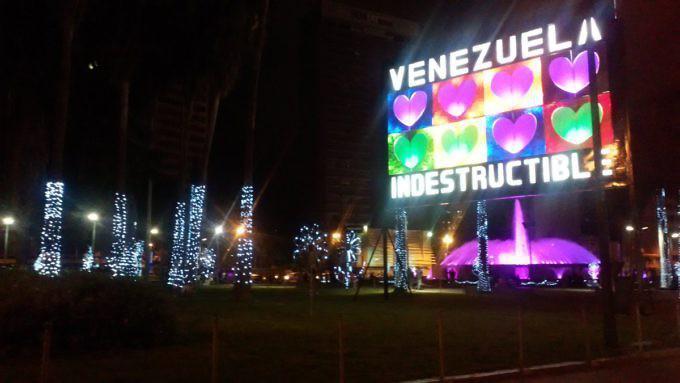 """Beleuchtete Plakatwand zu Weihnachten am Plaza Venezuela in der Hauptstadt Caracas: """"Unzerstörbares Venezuela"""""""