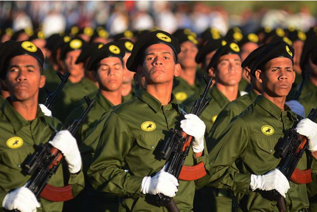 """Soldaten defilieren am Tag der """"Fuerzas Armadas Revolucionarias"""", der Revolutionären Streitkräfte."""