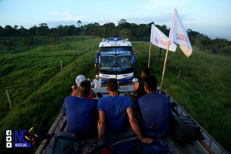 Transport mit Bussen und LKW in die Übergangszonen in Kolumbien