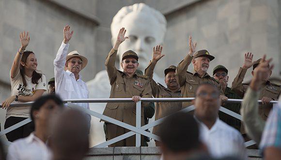 Staats- und Regierungschef Raúl Castro nimmt die Militärparade ab.