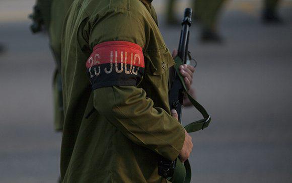 Milizionär mit Armbinde der Guerillabewegung 26. Juli.
