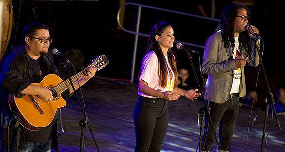 Die Liedermacher Eduardo Sosa, Annie Garcés und Raúl Torres trugen gemeinsam Torres' Gedenklieder für Fidel Castro vor