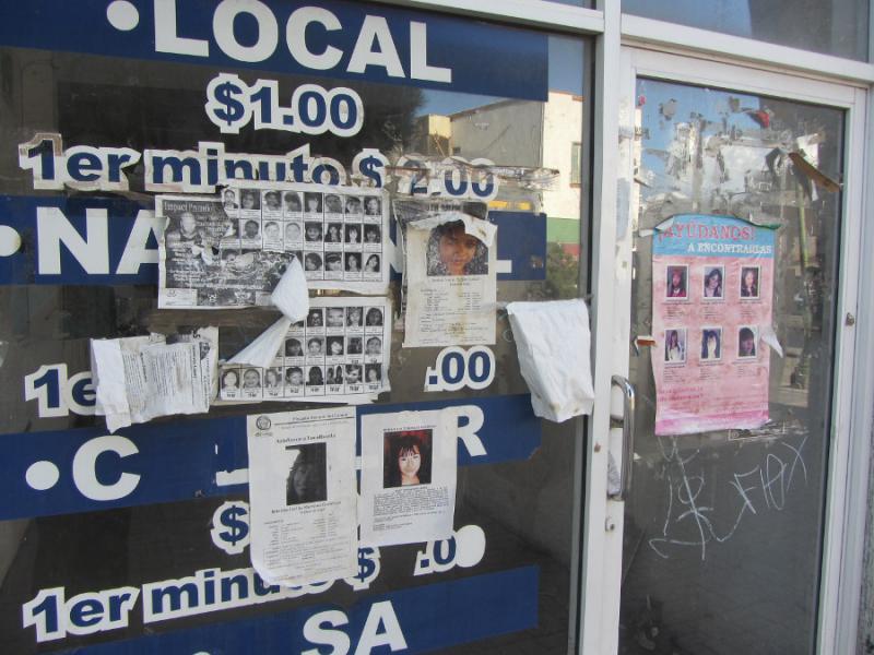 Abgerissene Suchplakate nach verschwundenen Frauen und Mädchen auf der Juárezallee, die zur Grenzbrücke in die USA führt