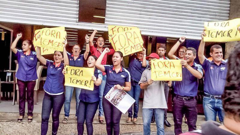 """Streikende Angestellte in Caruaru. """"Weg mit Temer"""" war eine gemeinsame Losung aller Streikenden im Land"""