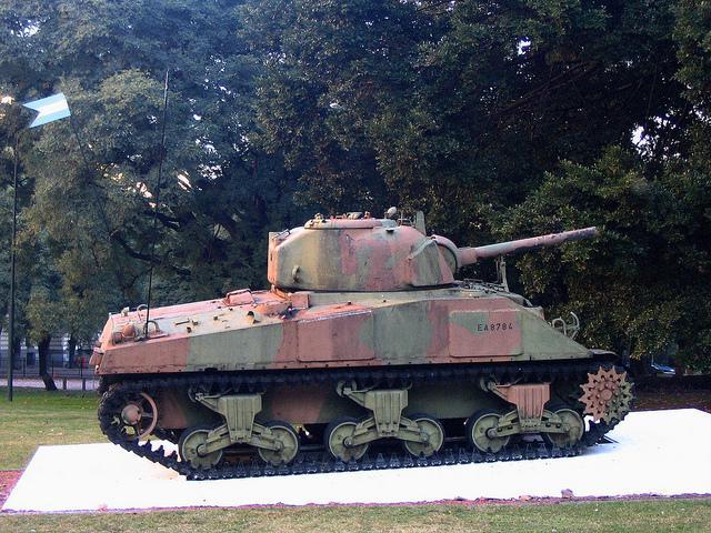 Alter Panzer als Denkmal in Buenos Aires, Argentinien