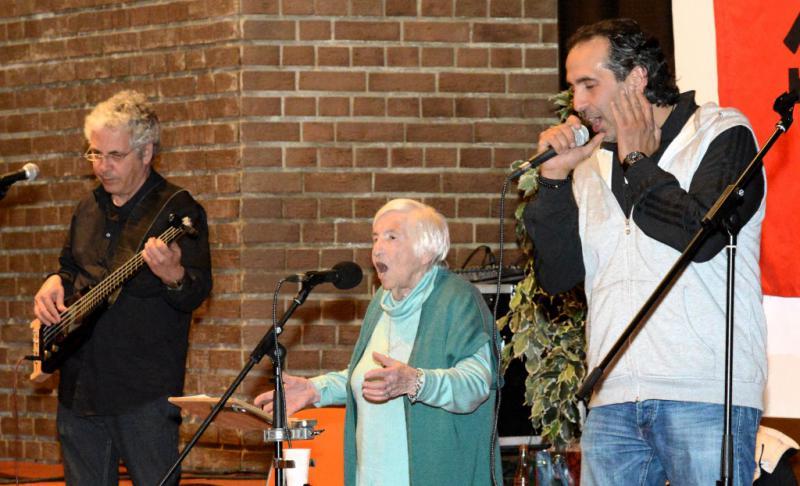 Esther und Joram Bejarano mit Kutlu Yurtseven bei einem Auftritt im April 2015