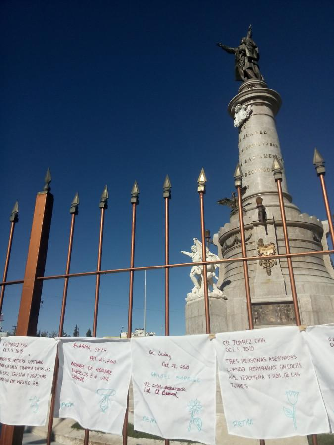 Mit den Namen von Ermordeten bestickte Taschentücher hängen vor dem Denkmal von Benito Juárez, dem Namensgeber der Stadt