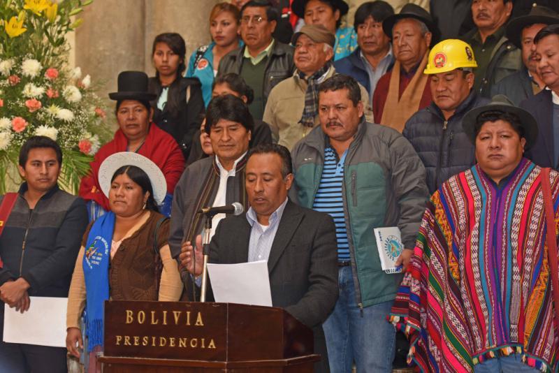 Domingo Vásquez von der Ölarbeitergewerkschaft und Sprecher von Conalcam, verlas das Manifest bei einer Pressekonferenz im Regierungssitz in La Paz. Links hinter ihm Präsident Evo Morales