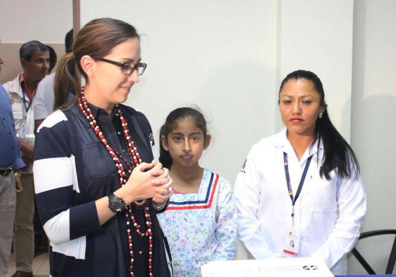 Die Gesundheitsministerin von Ecuador, Verónica Espinosa (links im Bild), beim Besuch des staatlichen Gesundheitszentrums San Sebastián del Coca