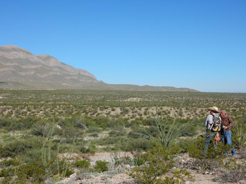 Familienangehörige vor der unendlichen Weite des Juáreztals: Bis auf eine Handvoll Siedlungen ist das Gebiet direkt an der Grenze zu den USA und südlich von Ciudad Juárez unbewohnt - ein strategischer Ort für Organisierte Kriminalität