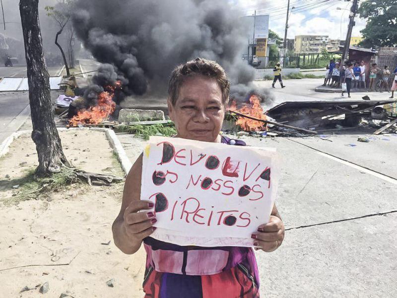 Vor einer Straßenblockade fordert diese Frau in Recife Rechte ein