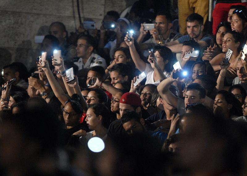 Anwesende Kubanerinnen und Kubaner fotografierten und filmen die Veranstaltung mit Handys