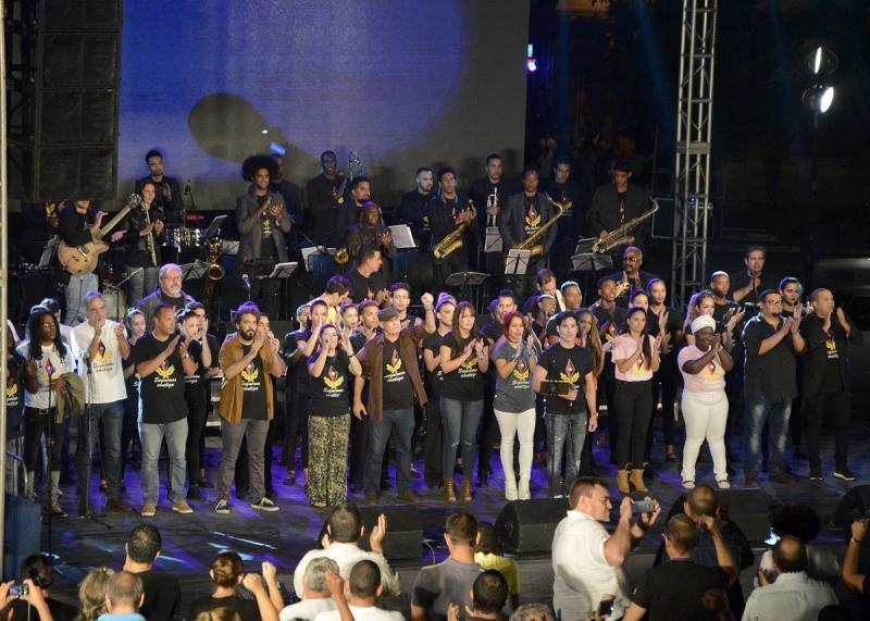 Zum Abschluss kamen Künstlerinnen und Künstler sowie Vertreter der Kommunistischen Jugend gemeinsam auf die Bühne
