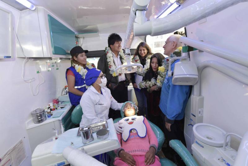 """Präsident Evo Morales beim Start das Programm """"Mein Lächeln"""" in El Alto zur kostenlosen zahnärztlichen Versorgung in mobilen Behandlungsräumen (Juli 2017)"""