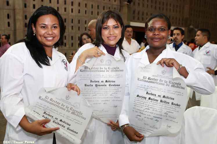 Junge Medizinerinnen mit Universitätstitel aus Kuba