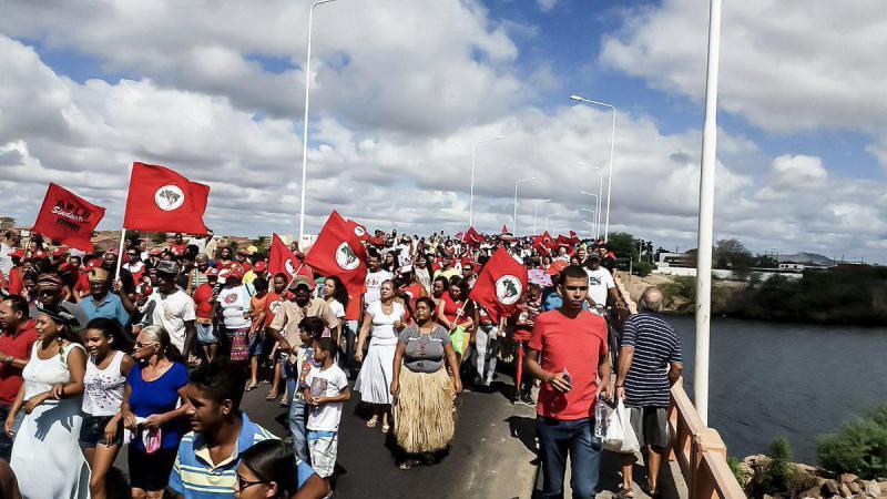 Aktivisten der Landlosenbewegung MST und Indigene demonstrieren gemeinsam in Paulo Afonso