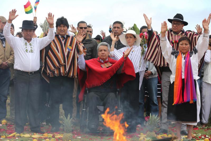 Ecuadors Präsident Lenín Moreno bei der indigenen Zeremonie zu seiner Amtseinführung. Links an seiner Seite: Boliviens Präsident Evo Morales