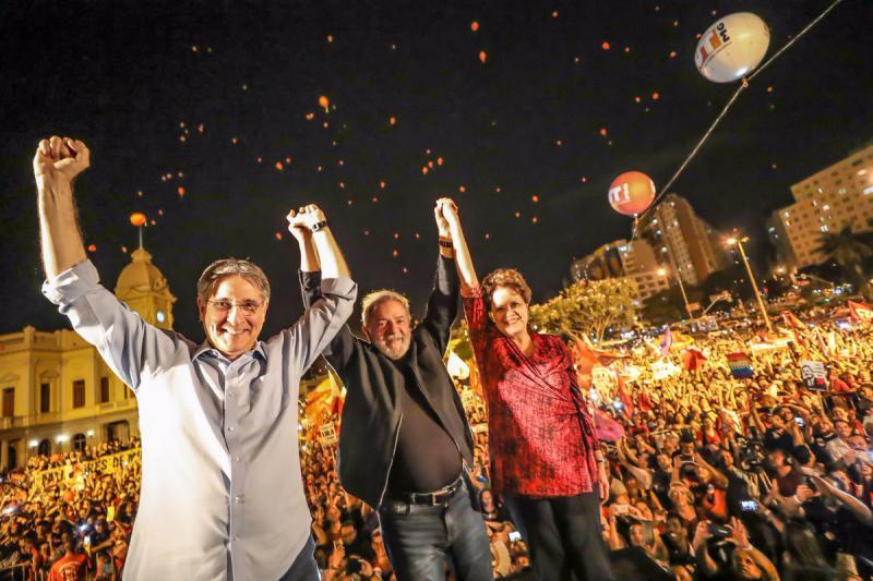 Will wieder Präsident von Brasilien werden: Lula da Silva, hier mit Dilma Rousseff und dem Gouverneur von Minas Gerais,  Fernando Pimentel bei der Abschlusskundgebung in Belo Horizonte