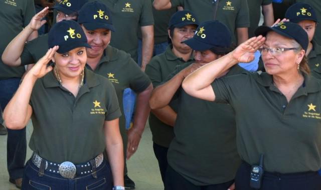 Salgado (links im Bild) war eine der wenigen Kommandantinnen der Gemeindepolizei