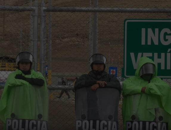 """Peruanische Polizisten im Einsatz für den Bergbaukonzern Hudbay (Screenshot aus """"Fraude de Flin Flon"""")"""