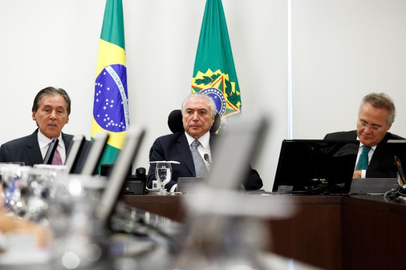 Will bis 2020 im Amt bleiben: Brasiliens De-facto Präsident Temer, hier bei einem Treffen mit Senatoren seiner Partei PMDB am 9. Mai