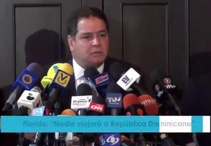 Der MUD-Parlamentsabgeordnete Luis Florido bei der Pressekonferenz