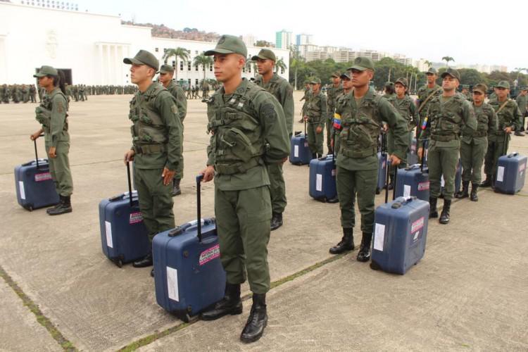 Mitglieder der Armee in Venezuela sichern Koffer mit den elektronischen Wahlmaschinen