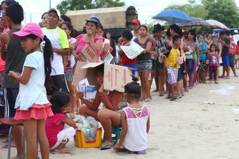 Betroffene der Naturkatastrophen warten in langen Schlangen auf die Verteilung von Hilfsgütern